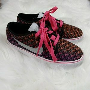NWOT Nike Toki Low Canvas girl's shoes Size:Y3.5